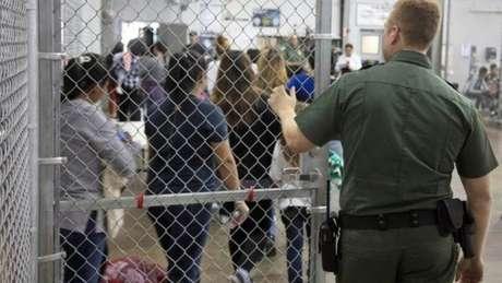 Em uma das unidades, 1.100 imigrantes aguardam em três alas para serem processados: crianças desacompanhadas, adultos sozinhos e pais com seus filhos