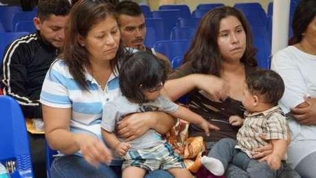 As autoridades dizem que estão tentando manter os irmãos juntos e não separar as crianças menores de quatro anos de seus pais
