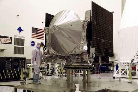 Nave espacial Explorer-Regolith Explorer (OSIRIS-REx) são vistas em exibição no Kennedy Space Center