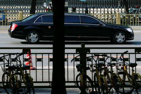 Carro que estaria levando líder norte-coreano, Kim Jong Un, é visto em Pequim 19/06/2018 REUTERS/Thomas Peter
