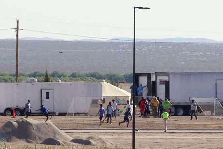 Filhos de imigrantes detidos jogam bola em acampamento montado pelo governo dos EUA na fronteira com o México REUTERS/Jose Luis Gonzalez
