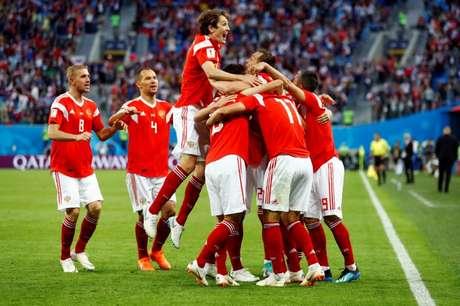 Jogadores da Rússia comemoram gol