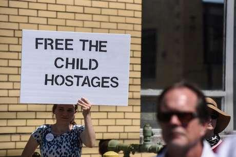 Manifestantes protestam contra separação de famílias pela Imigração dos EUA em Nova Jersey 17/06/2018 REUTERS/Stephanie Keith