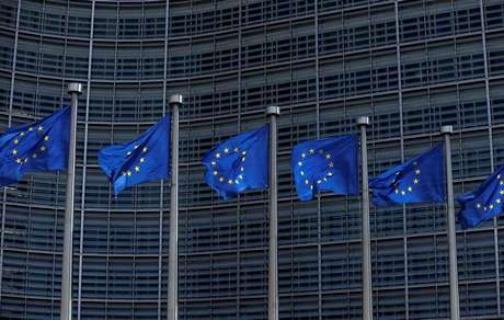 Bandeiras da União Europeia na sede da Comissão da UE em Bruxelas, Bélgica 02/05/2018 REUTERS/Francois Lenoir