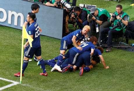 Japoneses festejam o gol de pênalti de Kagawa