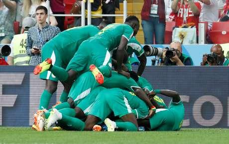 """Jogadores de Senegal fazem um """"montinho"""" na comemoração do segundo gol contra a Polônia"""