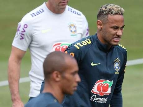 Neymar sentiu dores no tornozelo durante o treino nesta terça (19)