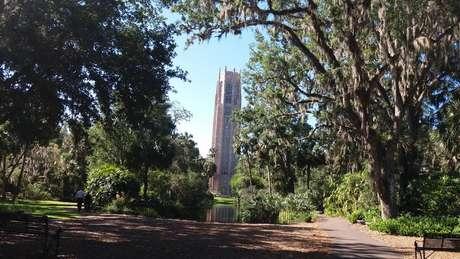 Ao fundo, Singing Tower, torre com mais de 60 metros ornamentada com mármore rosa