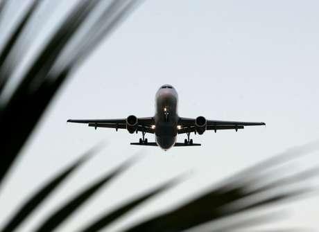 Avião prepara para pousar em aeroporto de Guarulhos, em São Paulo