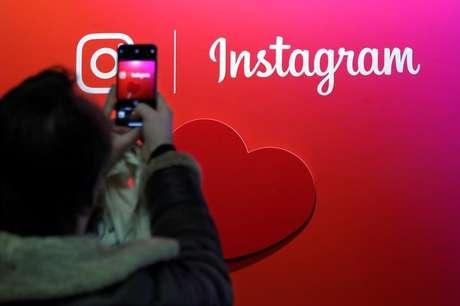 Visitante tira foto de logo do Instagram em feira em Paris 07/02/2018 REUTERS/Charles Platiau