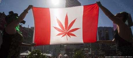 Bandeira canadense com folha de maconha: legalização era promessa de campanha de Trudeau