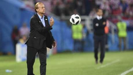 O técnico Gernot Rohr acredita que, mesmo perdendo, seu jovem time foi bem na estreia (Foto: OZAN KOSE / AFP)