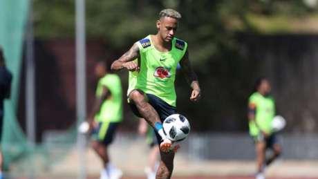 Neymar treinou normalmente com o grupo do Brasil nesta quarta-feira, em Sochi (Foto: Lucas Figueiredo/CBF)