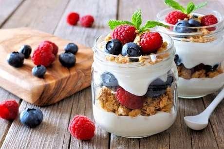 Iogurte com granola e frutas vermelhas