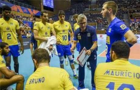 Renan dal Zotto orienta jogadores do Brasil.