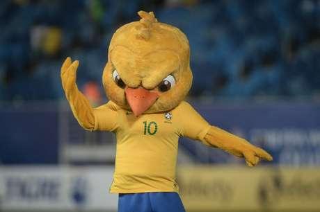 A figurinha do Canarinho Pistola estará dentro de um encarte especial do Brasil, em que ele aparece como mascote da Seleção