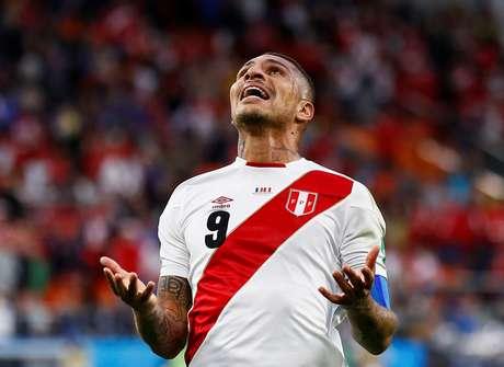 Guerrero lamenta após uma das várias chances perdidas pelo Peru no jogo contra a França
