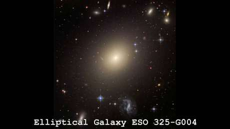 A galáxiaESO325-G004 foi utilizada como fonte de gravidade para o estudo (Imagem: NASA)