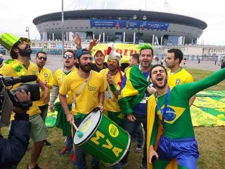 """Torcedores vão até a Arena São Petersburgo fazer """"um esquenta"""" na véspera do duelo entre Brasil e Costa Rica (Carlos Alberto Vieira)"""