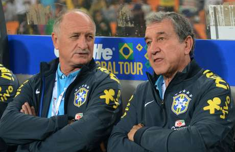 Parreira conversa com Luiz Felipe Scolari no banco de reservas em amistoso contra a África do Sul em Joanesburgo