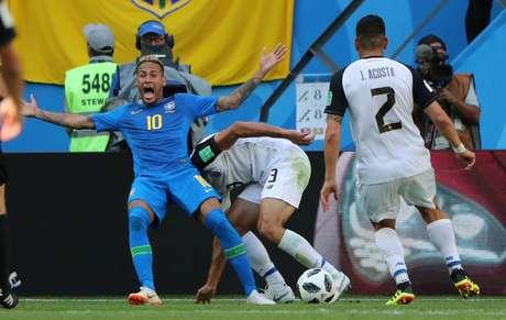 Neymar cai reclamando após contato com zagueiro adversário