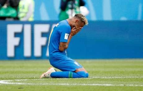Neymar chora após o término da partida contra a Costa Rica, vencida pelo Brasil por 2 a 0