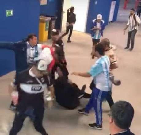 Grupo de argentinos é filmado agredindo dois torcedores croatas