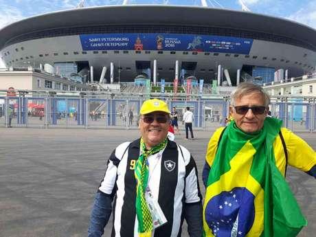 Os amigos Renato e Alves saíram de Portugal e. depois de 20 dias viajando de carro e de trem chegaram em São Petersburgo para acompanharem o Brasil (Carlos Alberto Vieira)