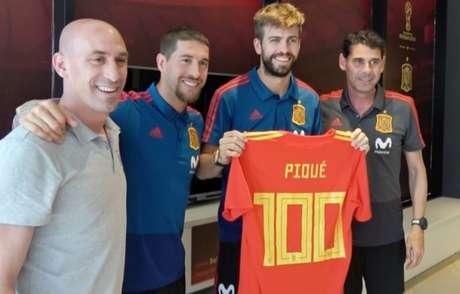 Piqué recebe camisa comemorando seus 100 jogos pela seleção espanhola 203596f466291
