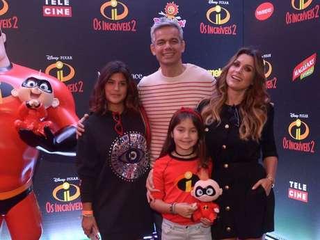 Flávia Alessandra posa com o marido, Otaviano Costa, e as filhas, Giulia e Olívia