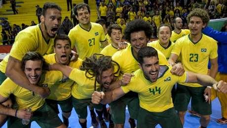 Brasil comemora vaga para final de handebol (Foto: Washington Alves/Exemplus/COB)