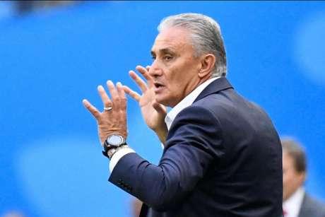 Tite acabou se lesionando em comemoração de gol de Philippe Coutinho (Foto: Chistophe Simon/AFP)