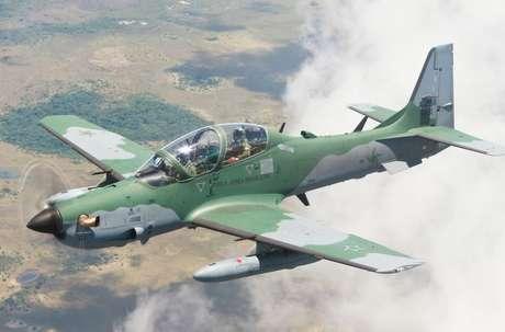 Avião de modelo Super Tucano durante voo
