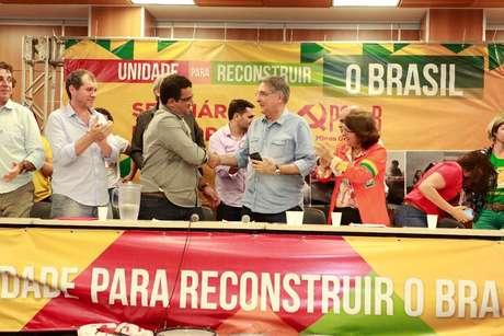 Presidente estadual do PCdoB, Wadson Ribeiro, cumprimenta Fernando Pimentel, que sinalizou apoio a pré-candidatura de Jô Moraes ao Senado