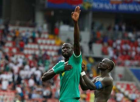 Cheikhou Kouyate e Sadio Mane comemoram vitória sobre a Polônia