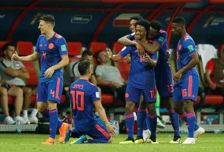 Jogadores da Colômbia comemoram o gol de Cuadrado, o terceiro contra a Polônia