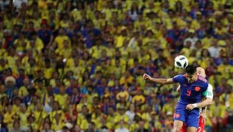 Falcao Garcia e Pazdan disputam bola no alto durante Polônia x Colômbia pelo Grupo H da Copa do Mundo