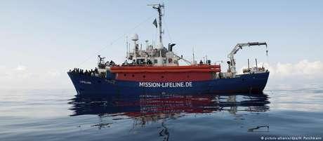 Navio operado por ONG alemã espera autorização para desembarcar migrantes