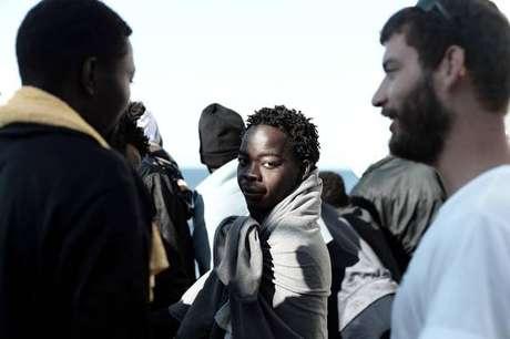 Navio com deslocados externos chega a Valência, na Espanha, após ter sido recusado por Itália e Malta
