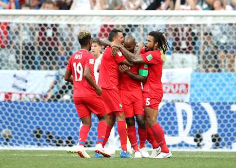 Baloy chora, e seus companheiros o abraçam após ele fazer o gol de honra do Panamá contra a Inglaterra