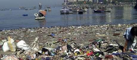 Lixo plástico em praia de Bombaim