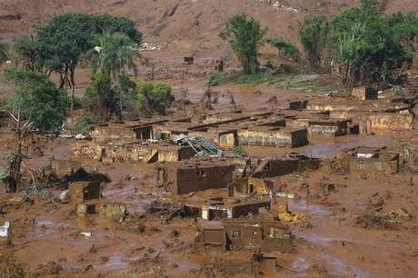 Distrito de Bento Rodrigues coberto de lama após colapso de barragem da Samarco, em Mariana  06/11/2015 REUTERS/Ricardo Moraes