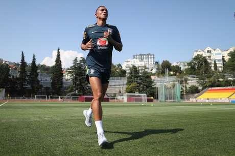 Lateral-direito Danilo apareceu correndo no gramado do campo em Sochi (Foto: Lucas Figueiredo/CBF)