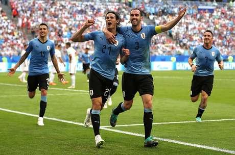 Cavani comemora seu gol com seus companheiros na vitória do Uruguai por 3 a 0 em cima da Rússia