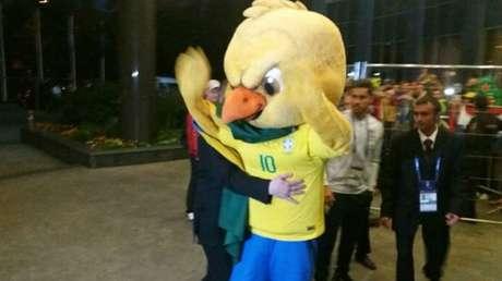 Após ser confundido com torcedor, Canarinho Pistola é detido por seguranças em frente ao hotel da Seleção Brasileira