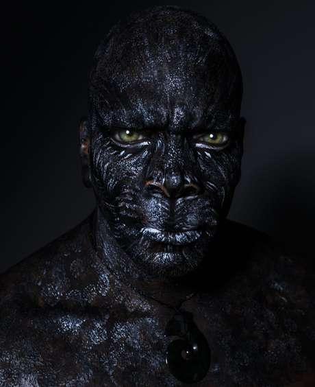 O cantor Derrick Green como pantera negra (Fotos: Jacques Dequeker/Divulgação)