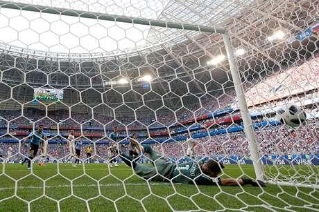 Goleiro Akinfeev não consegue evitar o segundo gol do Uruguai contra a Rússia