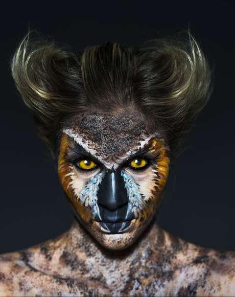 Julia Faria como coruja-orelhuda (Fotos: Jacques Dequeker/Divulgação)
