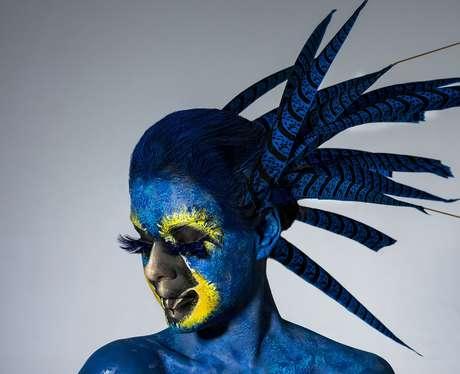 Paloma Bernardi como arara-azul (Fotos: Jacques Dequeker/Divulgação)