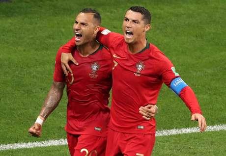Quaresma e Cristiano Ronaldo comemoram gol de Portugal